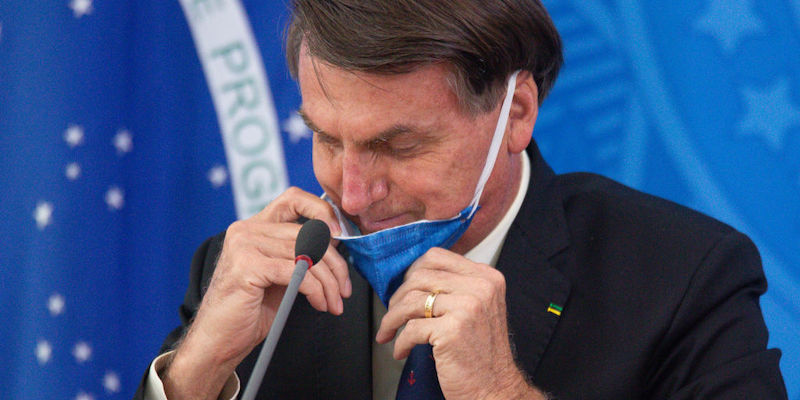 Bolsonaro ha indebolito una legge che rendeva obbligatorio l'uso delle mascherine in Brasile