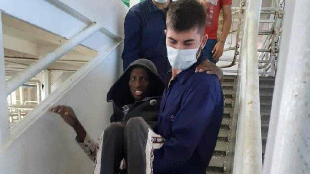 La drammatica foto dell'uomo sulla nave Talia simbolo della tragedia dei migranti