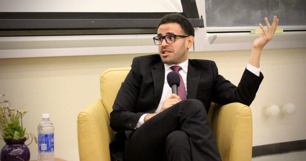 Egitto, denuncia l'ex primo ministro per tortura: scatta la rappresaglia del regime sui familiari