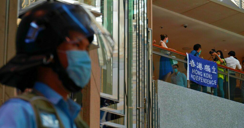 Hong Kong, proteste contro legge su sicurezza nazionale: 180 arresti. In manette anche uomo con bandiera indipendenza ex colonia