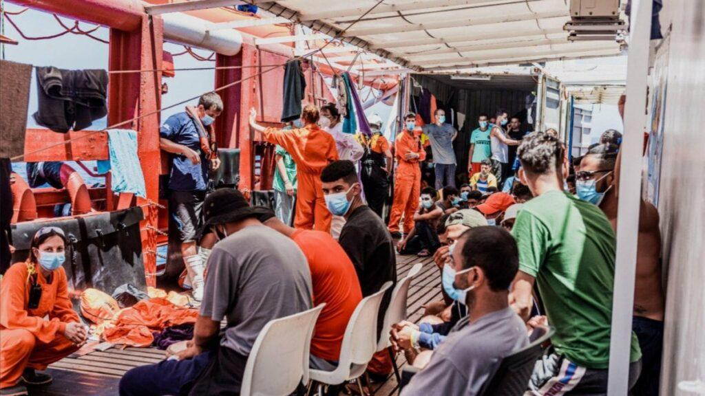 """Migranti, Ocean Viking dichiara stato di emergenza: """" Abbiamo bisogno di sbarcare subito, scontri a bordo, situazione fuori controllo"""""""