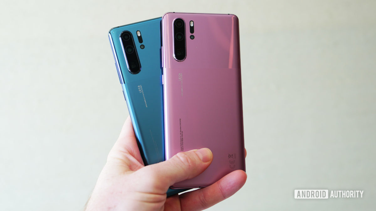 Huawei P30 Pro in misty blue misty lavender in hand
