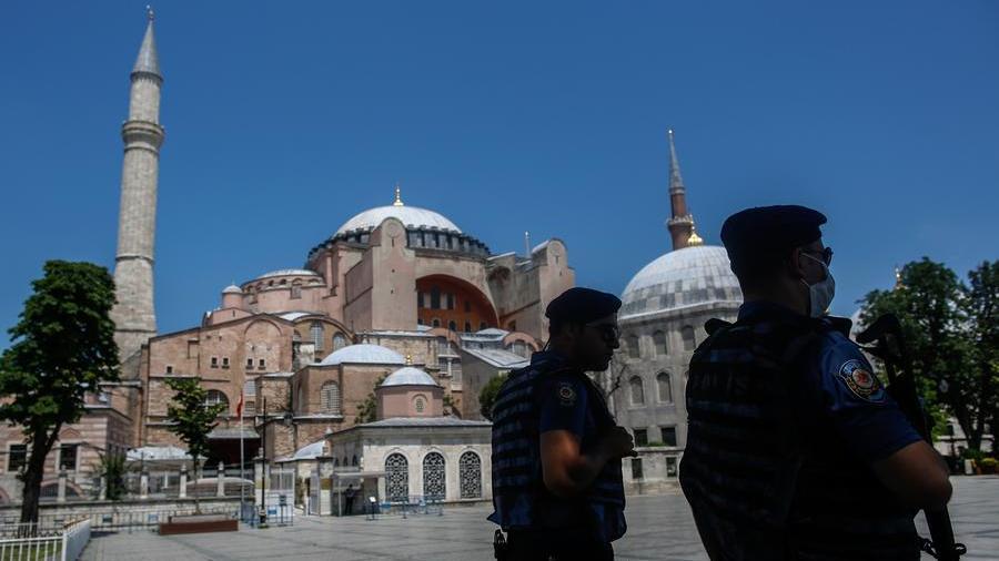 Turchia, gli islamici: la firma di Ataturk è falsa, riconvertire Santa Sofia in moschea - La Stampa