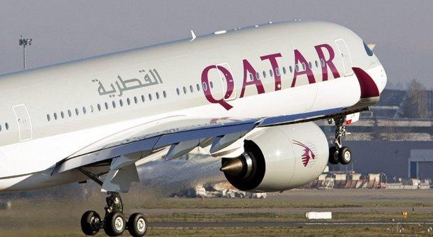 Virus, a Fiumicino aereo del Qatar con 125 bengalesi a bordo: «Non saranno fatti sbarcare»