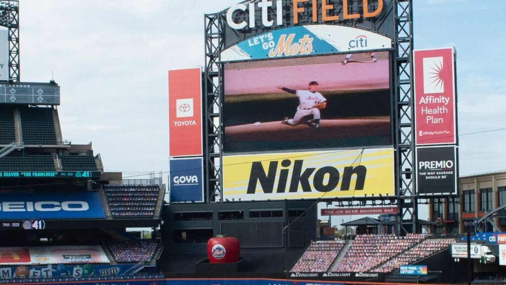 Mets kneels to honor Tom Seaver's iconic drop-and-drive