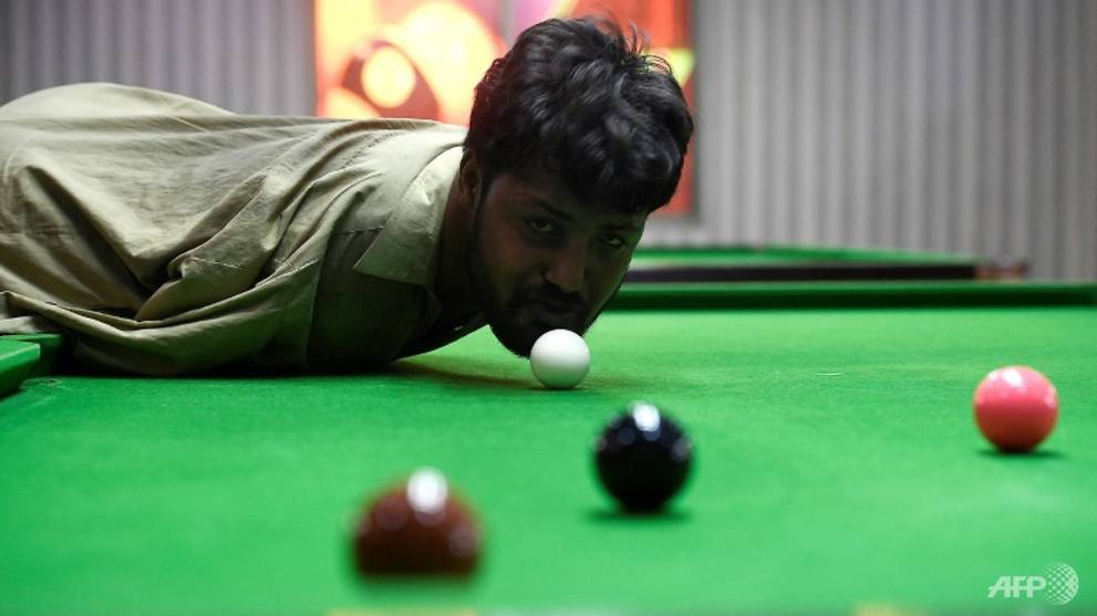 Pakistani snooker player born without arms masters the game