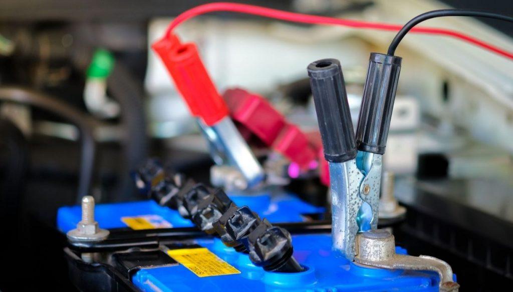 Ricaricare la batteria dell'auto con i cavi: come fare