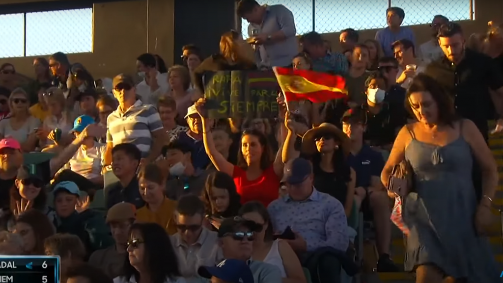 thousands of spectators without masks to watch Djokovic and Williams play