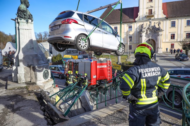 Strange traffic accident: a driver breaks a 120-year-old monument in Lambach