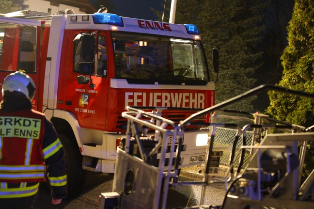 Extensive fire in the kitchen of a residential building in Enns causes prolonged fire service