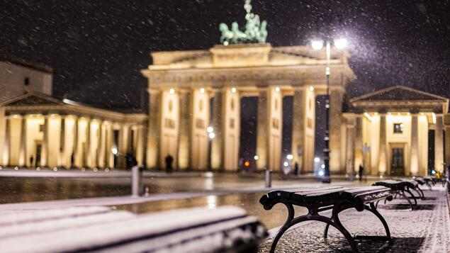 Always follow your nose !: On a walk through the snow at night in Berlin - Berlin