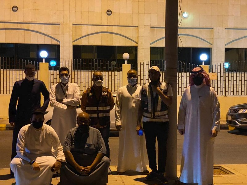 """A citizen finds a missing person """"Jeddah security"""" He hands it over to the security guards while in a state of extreme fatigue."""