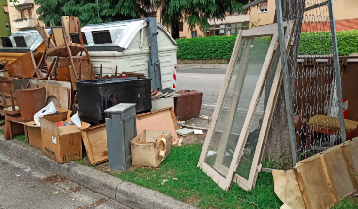 Verona, dumps bulky waste into containers: fine of 600 euros for a twenty-six-year-old
