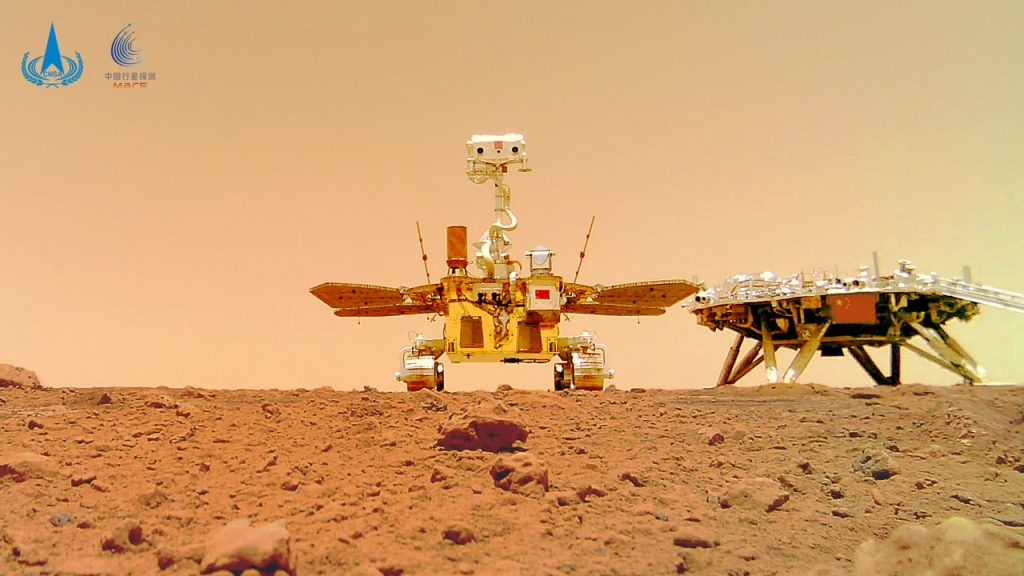 The selfie of the Chinese rover Zhurong and the new images of Mars