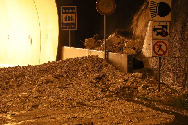 Landslide discharge: Salzkammergutstraße, near Traunkirchen, relocated via landslide after a storm