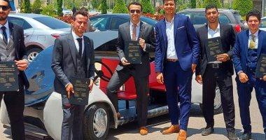 طلاب بجامعة كفر الشيخ يصنعون سيارة كهربائية تعمل بالطاقة الشمسية.. لايف