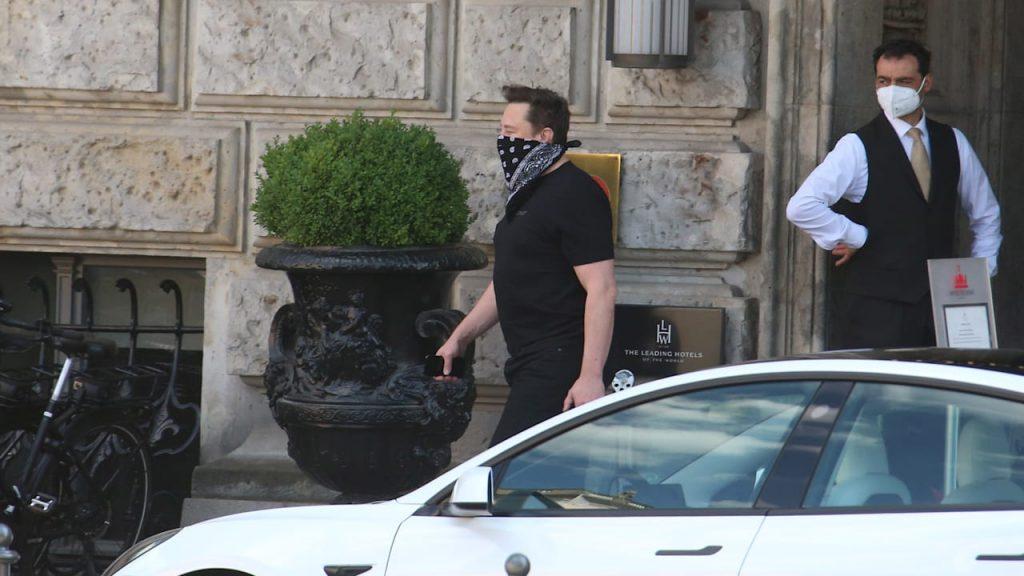 Tesla boss is visiting: Elon Musk shows his family Berlin    Regional