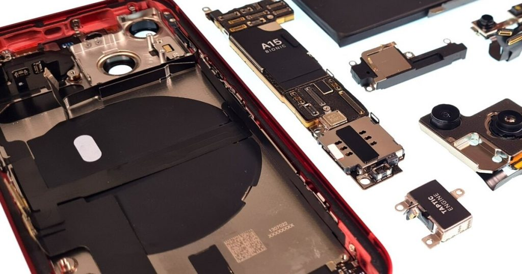 iPhone 13 disassembled: what the iPhone looks like from the inside